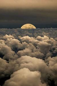 fotka měsíce na noční obloze